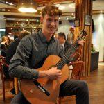 Jonas Wachowsky an der klassischen Gitarre
