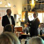...sowie dem Stuttgarter Stadtteilmanager Torsten von Appen, der ihm eine spezielle Flasche Stuttgarter Wein in Fernsehturm-Optik überreichte.