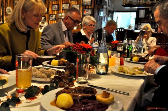 Bild oben: MdB Karin Maag (li.), beim geniessen ihrer Martinsgans im Restaurant Das Weinsberg in Stuttgart-Feuerbach. Daneben GHV-Vorsitzender Jochen Heidenwag und gegenüber (re.) Hugo Kunzi, GHV-Ehrenvorsitzender. Foto: Privat